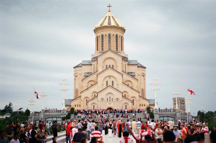 Главный кафедральный собор Цминда Самеба на холме св. Ильи в Тбилиси